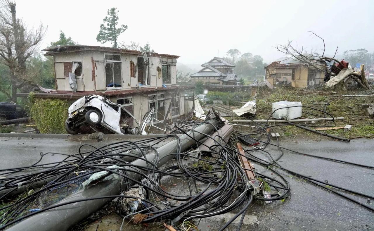 Апокалипсис в Японии: вместе со смертельным тайфуном пришли землетрясение и смерч