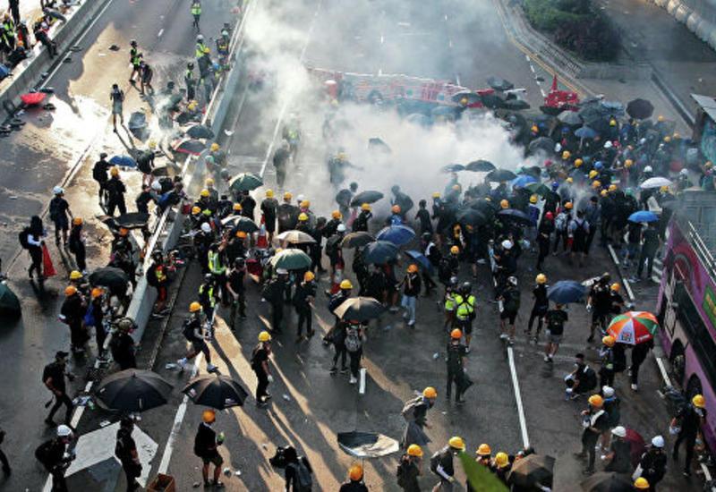 Полиция в Гонконге применила слезоточивый газ для разгона протестующих