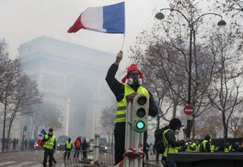 """Полиция во Франции использовала слезоточивый газ против """"желтых жилетов"""""""