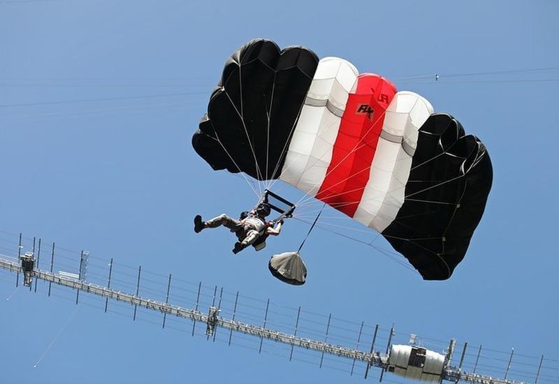 В России установили мировой рекорд в массовом прыжке с моста с парашютом