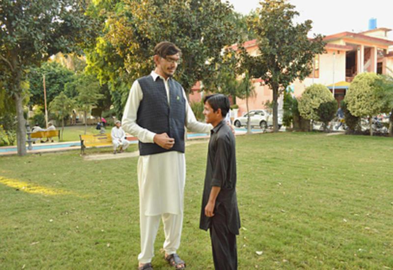 Пакистанец за четыре года вырос до 233 сантиметров и продолжил расти