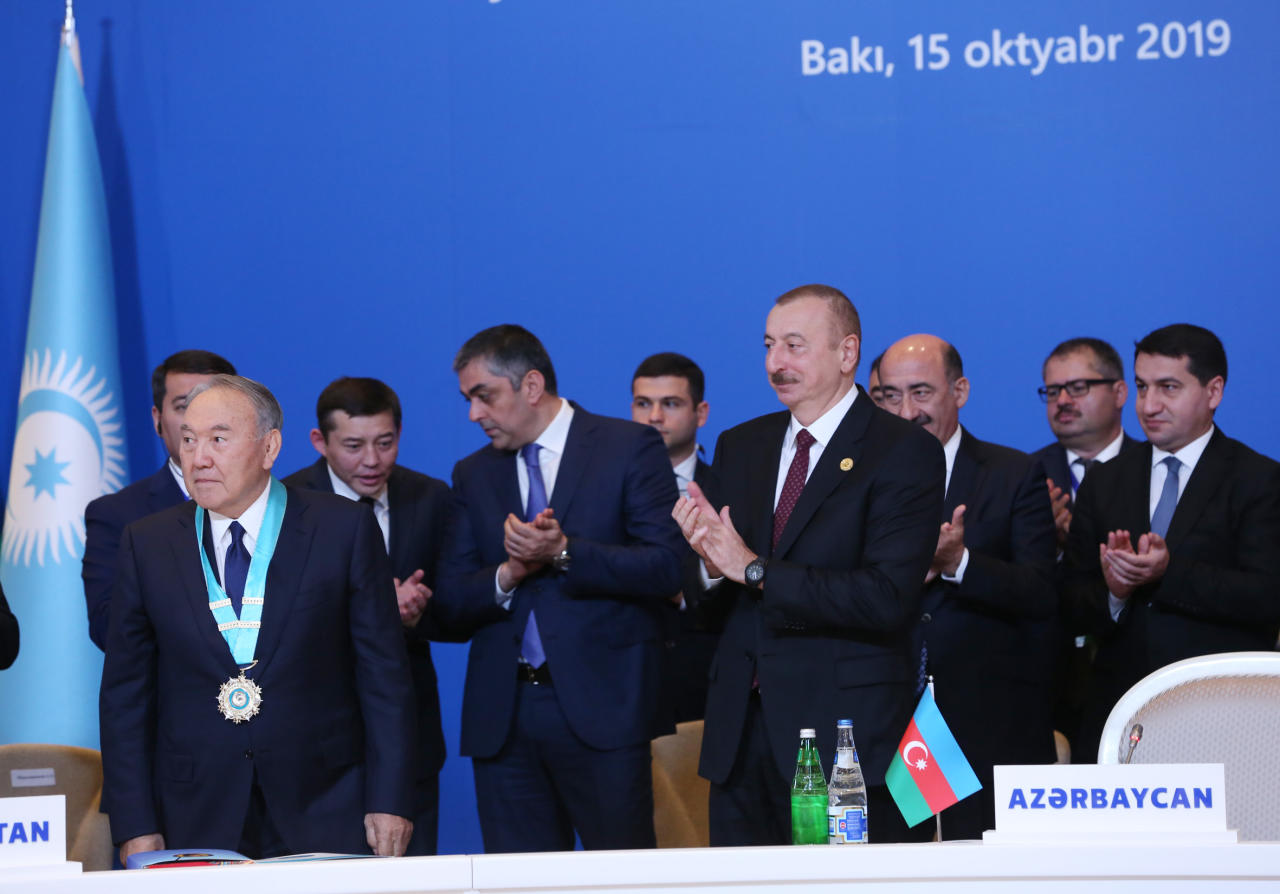 Президент Ильхам Алиев вручил Нурсултану Назарбаеву «Высший орден тюркского мира»