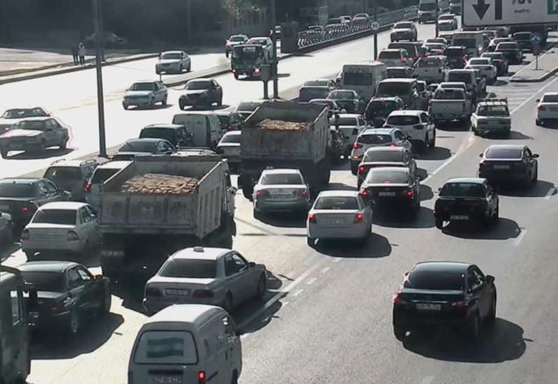 Тяжелое ДТП в Баку, образовалась пробка