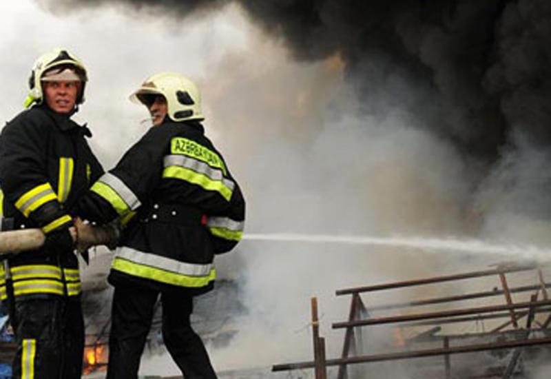 Пожар в жилом доме в Баку, жители эвакуированы
