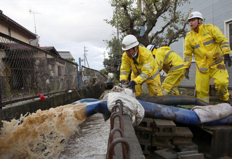 В Японии спасают людей после сокрушительного тайфуна