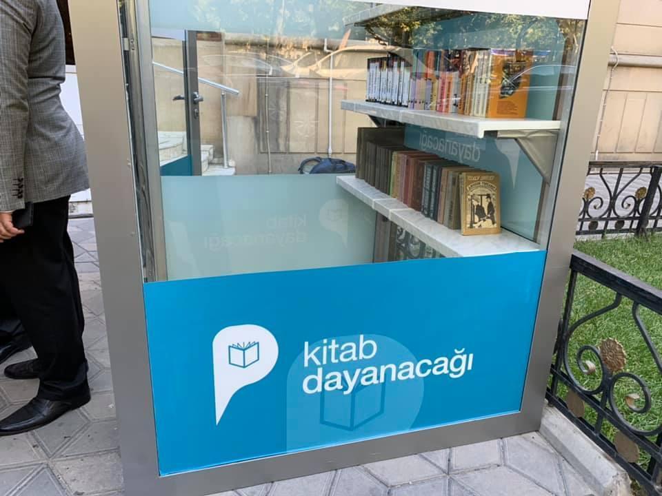 В Баку появилась необычная книжная остановка
