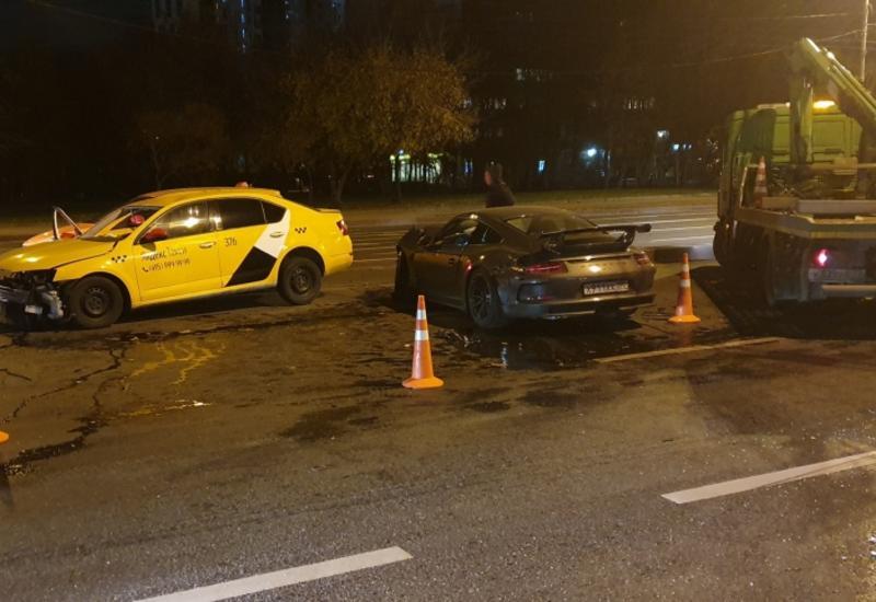 Porsche врезался в такси с пассажирами в Москве