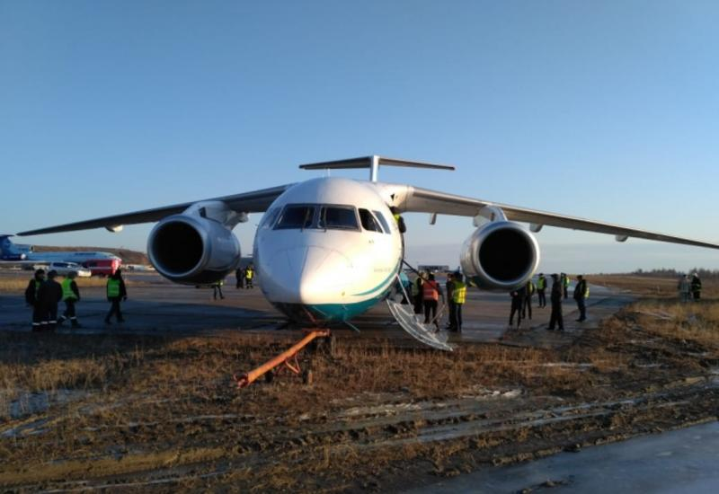 В России пассажирский самолет при посадке выкатился за пределы ВПП