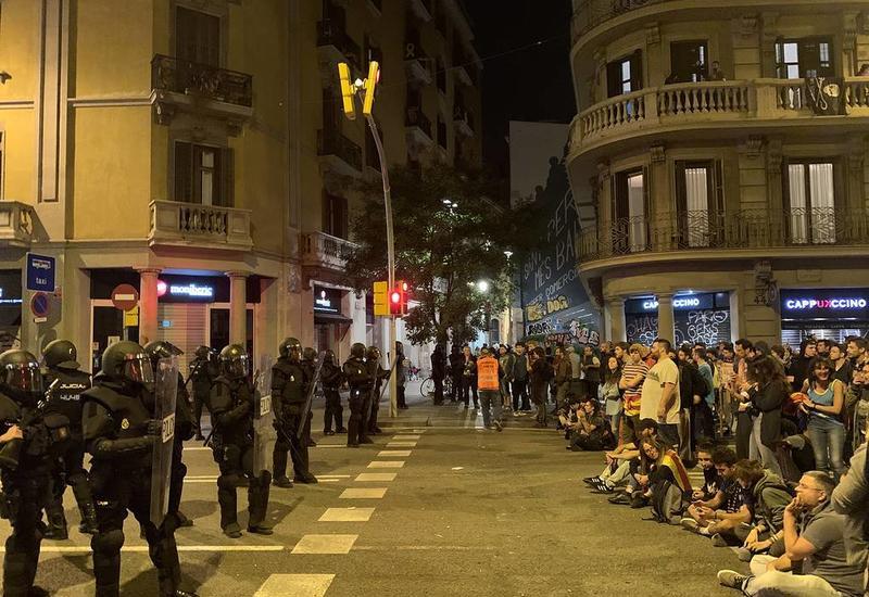 В Барселоне полиция пытается разогнать протестующих радикалов по разным улицам