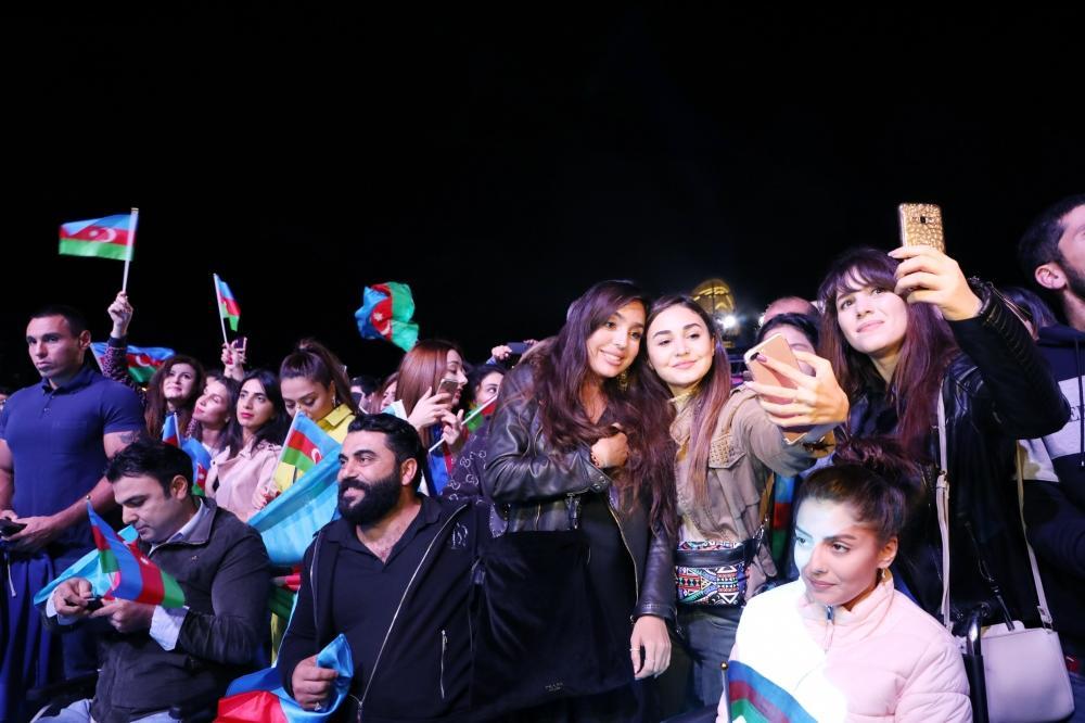 Грандиозный концерт в парке Центра Гейдара Алиева в честь Дня независимости Азербайджана