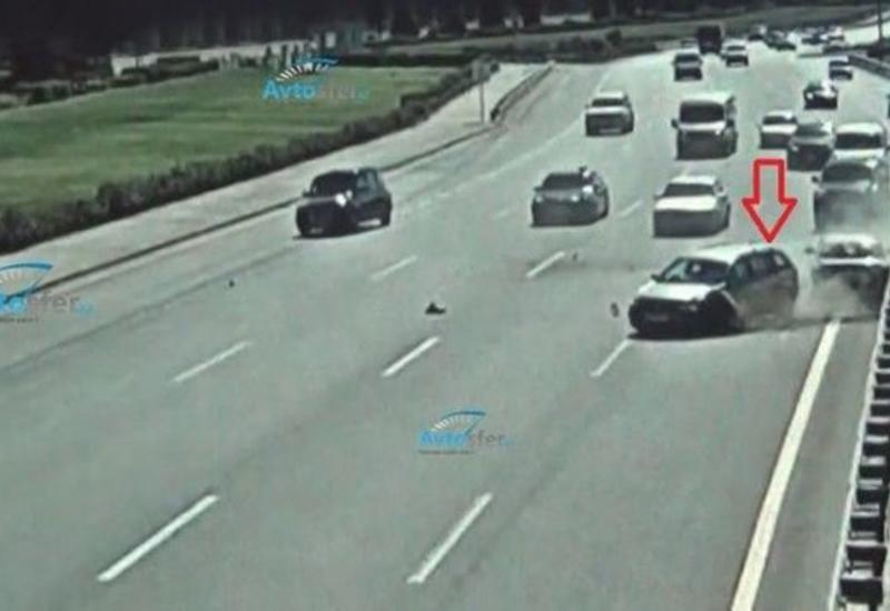В Баку водитель отвлекся на телефон и совершил ДТП