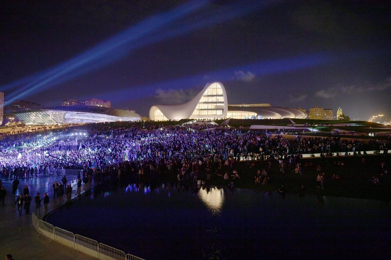 В честь государственной независимости Азербайджана на площади объединились десятки тысяч человек!