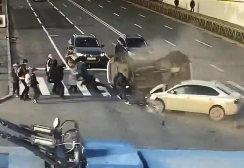 Две машины врезались в толпу людей в Петербурге