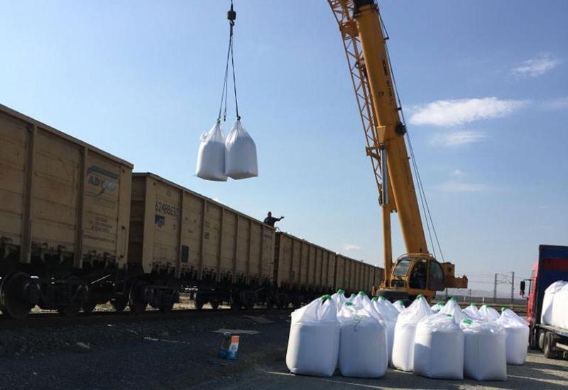 Азербайджан начал экспорт карбамида по железной дороге