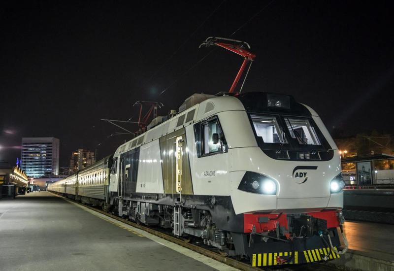 Пассажирский поезд Баку-Тбилиси-Баку впервые отправлен с французским локомотивом