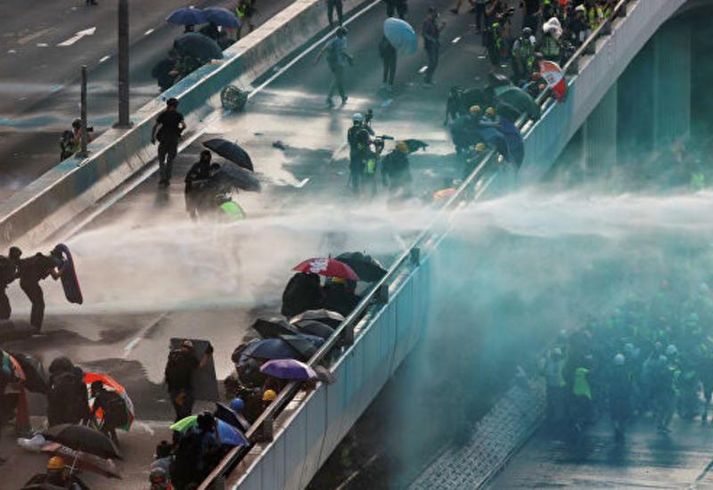 В Гонконге полиция применила водомет для разгона протестующих