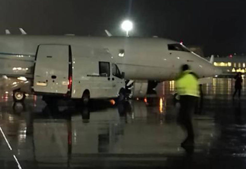 Микроавтобус врезался в частный самолет в аэропорту Петербурга