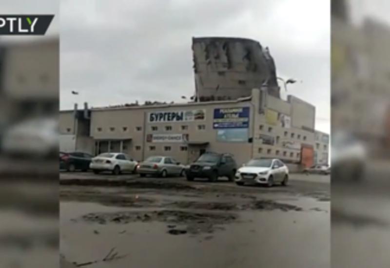 Сильный ветер в России срывает крыши и валит деревья