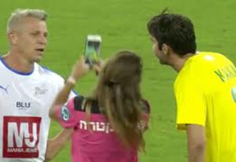 Девушка-арбитр остановила матч ради селфи со звездой футбола
