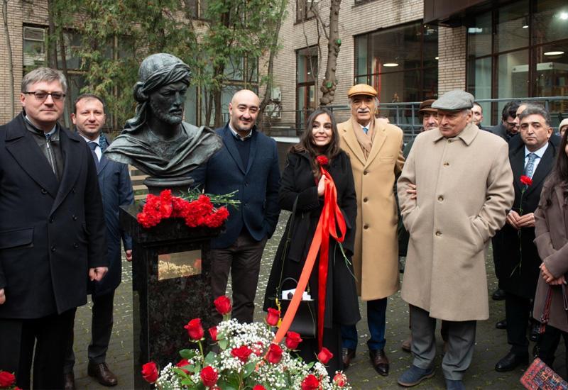 Вице-президент Фонда Гейдара Алиева Лейла Алиева приняла участие в открытии памятника великому азербайджанскому поэту Имадеддину Насими в Москве
