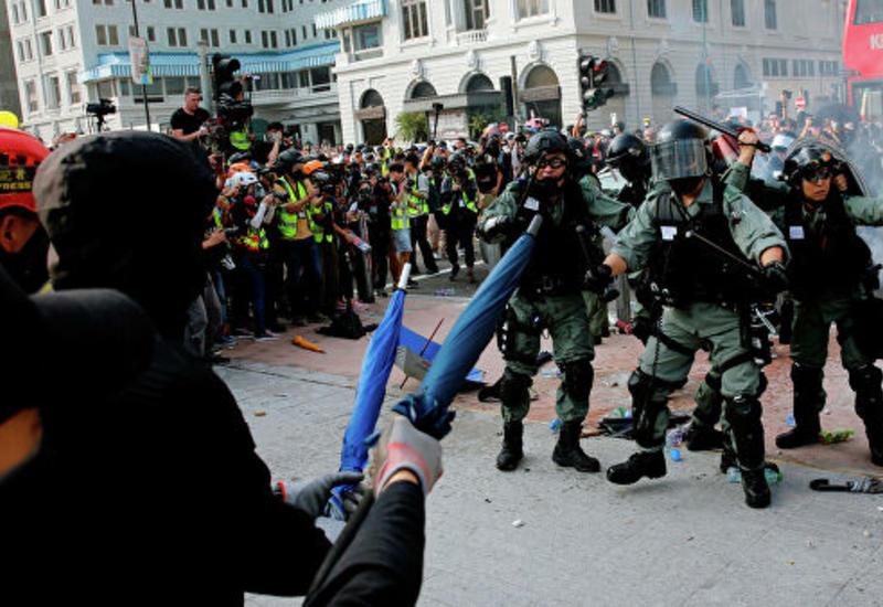 В Гонконге усиливается противостояние между полицией и протестующими