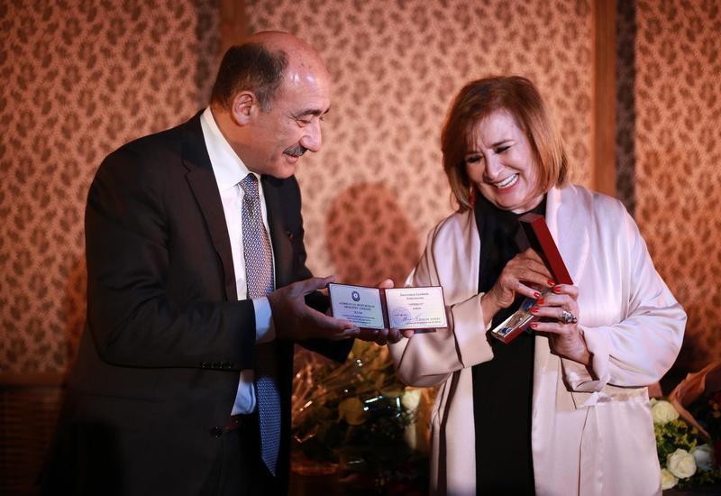 Министр культуры вручил Людмиле Духовной орден «Шохрат»