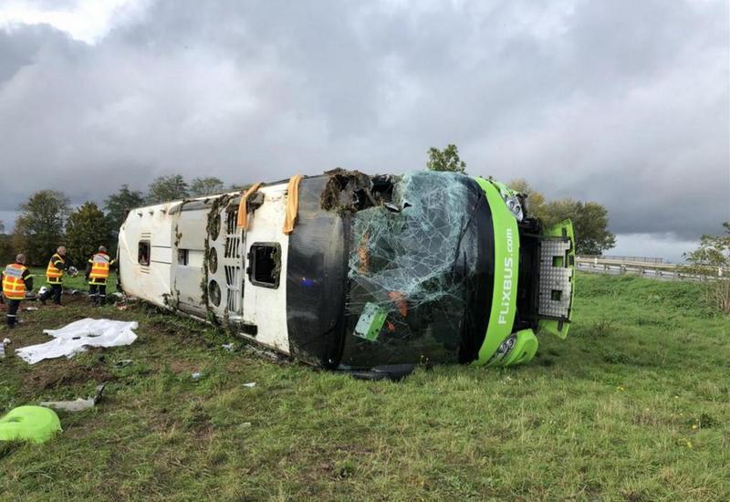 Автобус с туристами перевернулся во Франции, много раненых