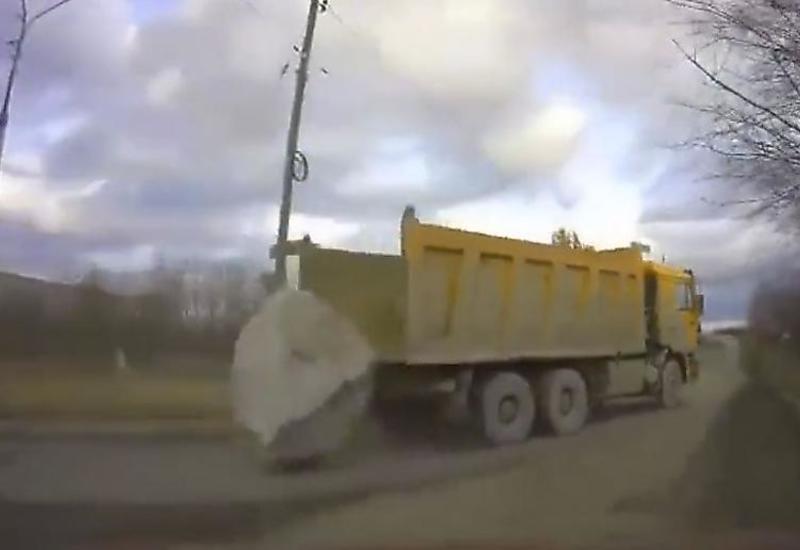 Момент выпадения огромного валуна из грузовика попал на камеры