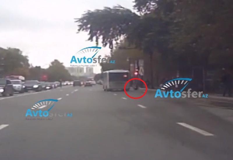 В Баку пассажир выпал из едущего автобуса