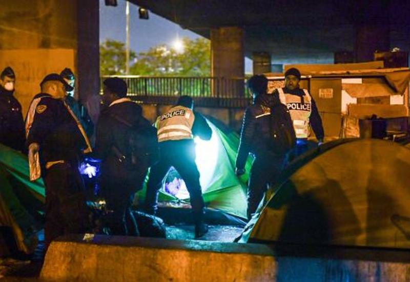 Париж: полиция выселяет мигрантов из нелегальных лагерей
