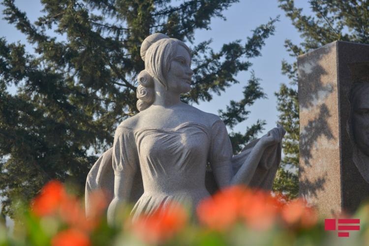 На могиле Амалии Панаховой установлен памятник