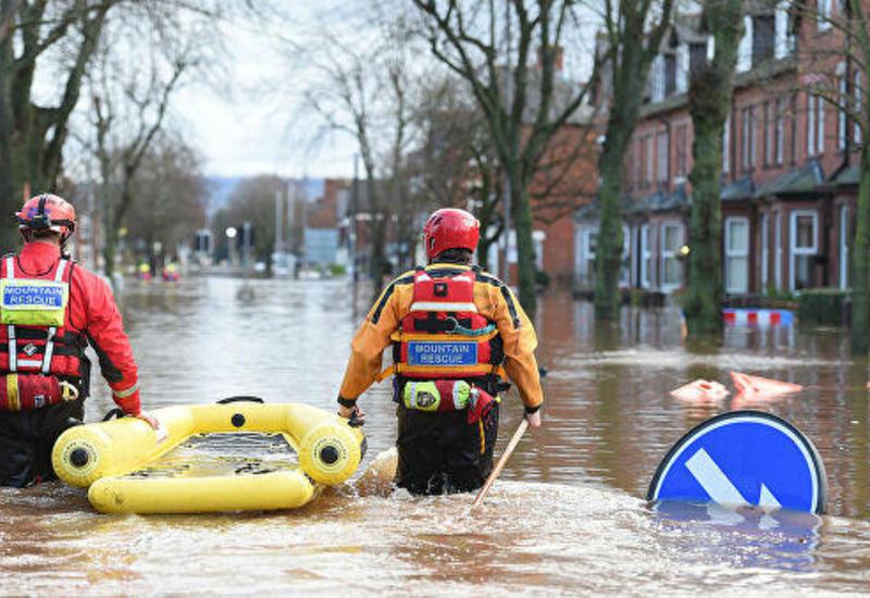 В Британии сотни человек застряли в торговом центре из-за наводнения