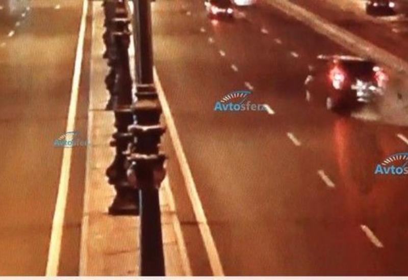 В Баку водитель вышел из машины на трассе и погиб