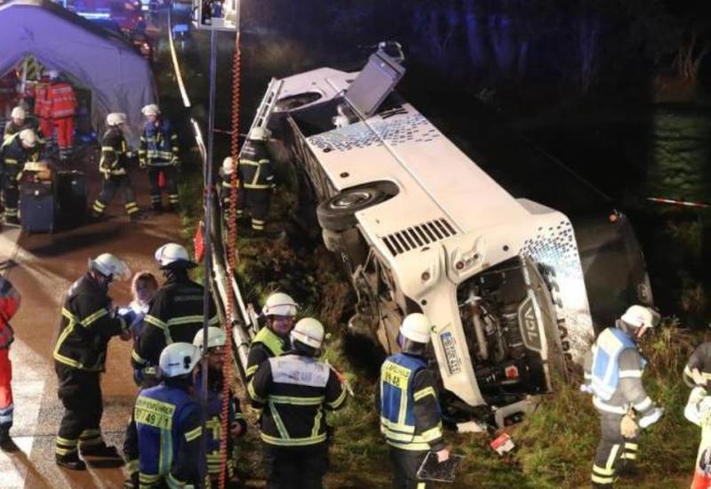 Автобус с туристами перевернулся в Германии, десятки пострадавших
