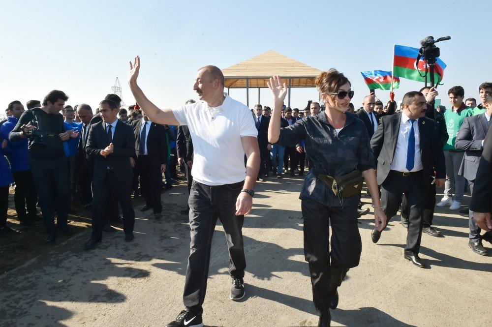 Президент Ильхам Алиев и Первая леди Мехрибан Алиева приняли участие в акции по посадке деревьев в Хатаинском районе Баку