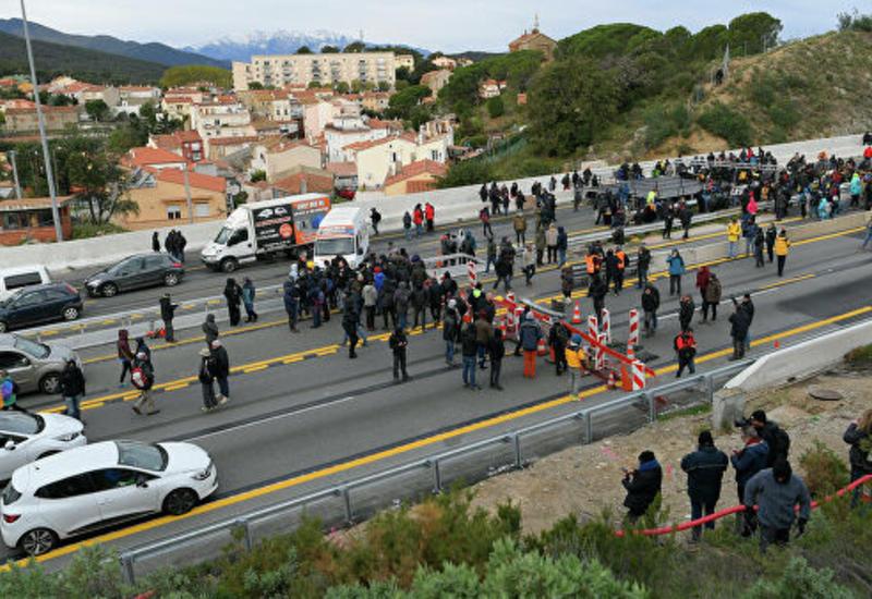 Каталонские радикалы перекрыли дорогу между Испанией и Францией
