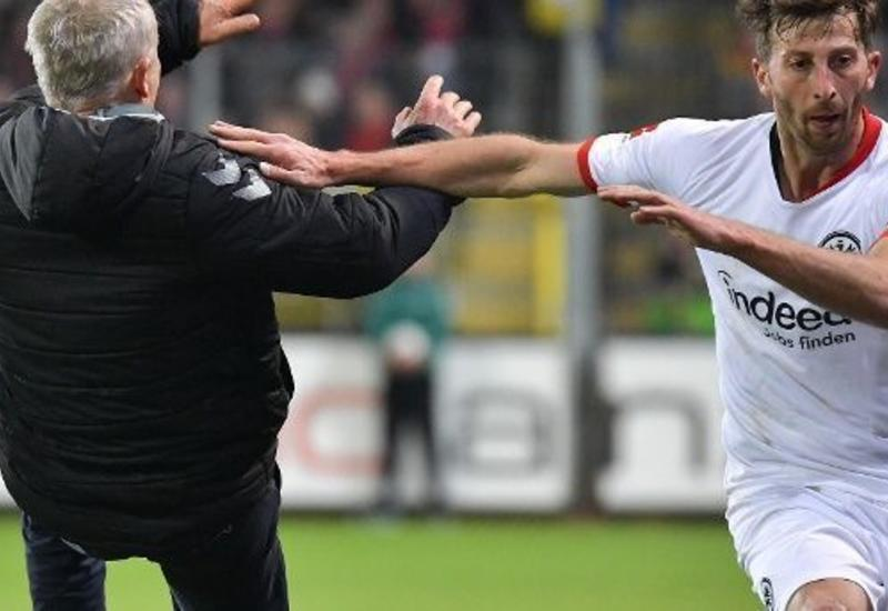 Футболист сбил с ног тренера команды соперника