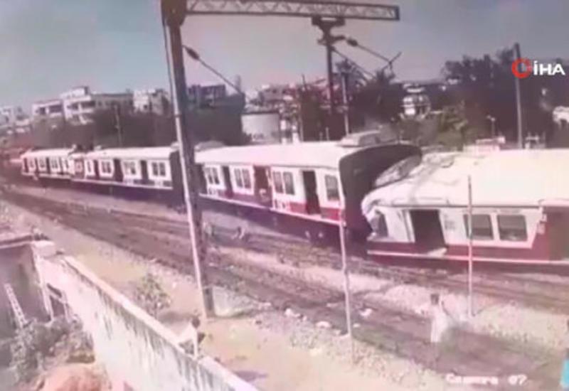 Столкновение пассажирских поездов в Индии попало на камеру