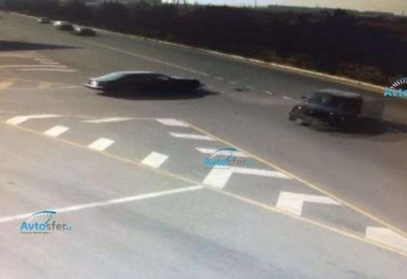 В Азербайджане после столкновения один из автомобилей врезался в КамАЗ
