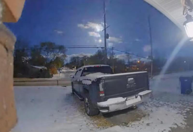 Огненный метеор в небе попал в объективы сразу нескольких видеокамер