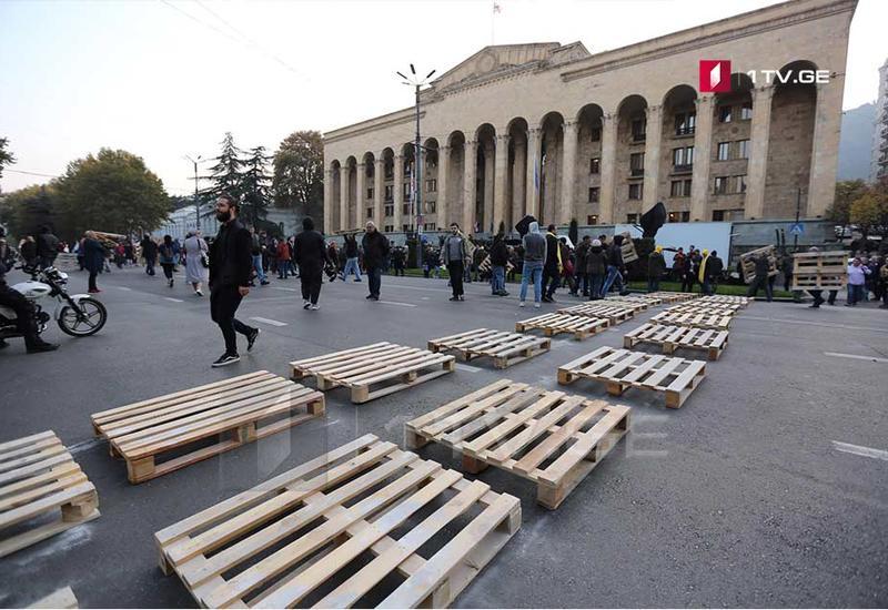 Движение в центре Тбилиси парализовано из-за акций протеста