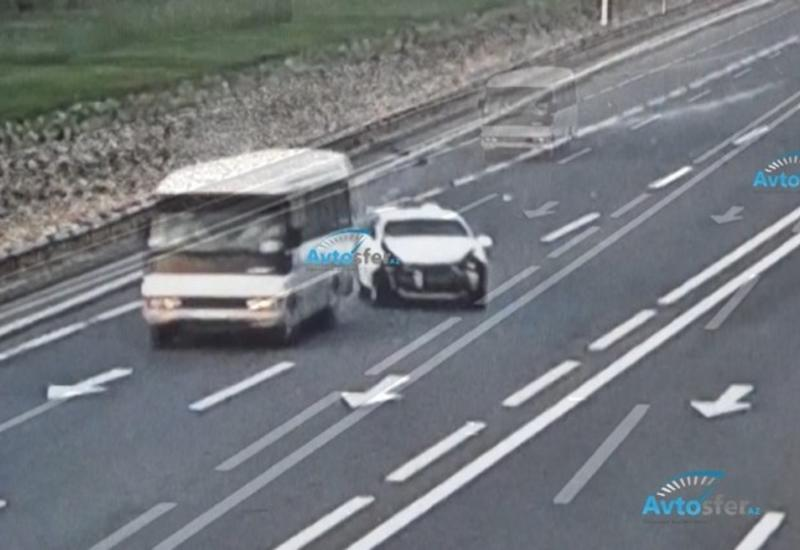 В Баку водитель отвлекся на телефон и совершил тяжелое ДТП