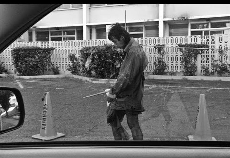10 лет она делает фото бездомных: встретив этого человека возле мусорки, она не верит своим глазам