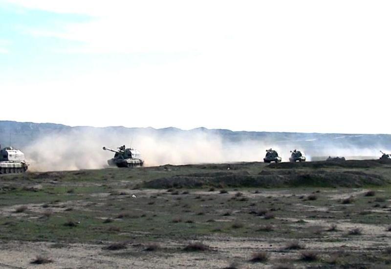 Ракетные и артиллерийские войска Азербайджана совершили марш-бросок в рамках учений