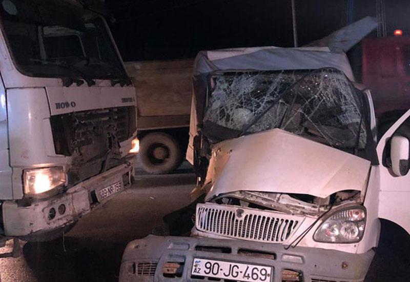 В Баку столкнулись два грузовика, есть погибший