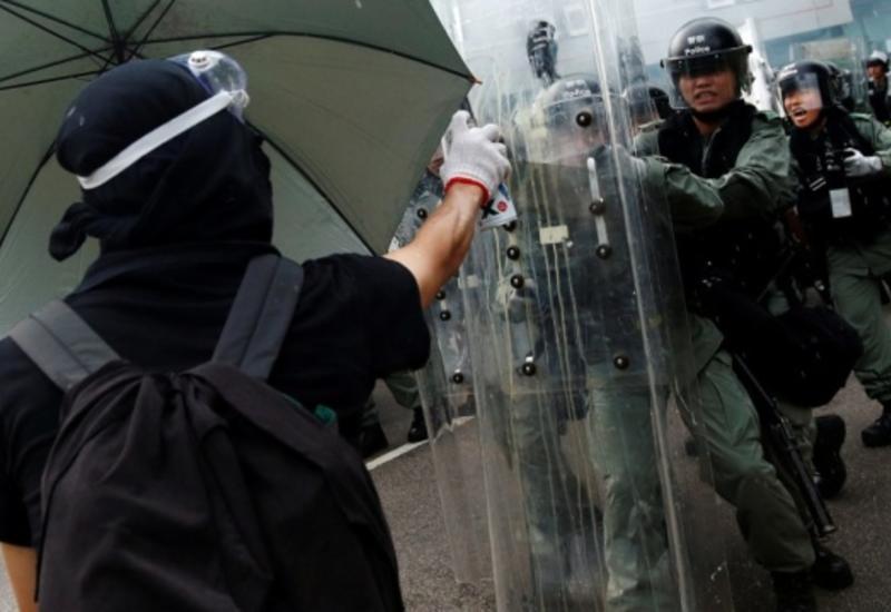 Полиция Гонконга применила водяные пушки для разгона демонстрантов
