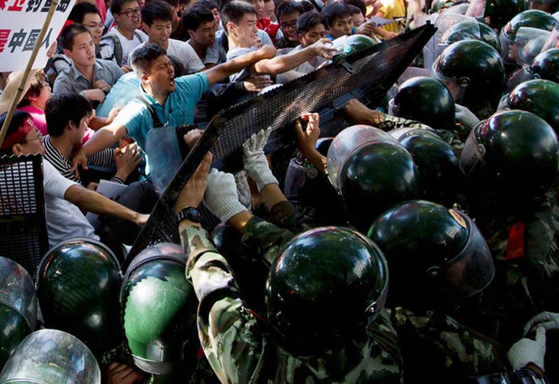 В Гонконге полиция применила слезоточивый газ возле университета