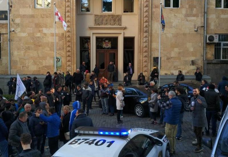 Спецназ стянут к парламенту Грузии