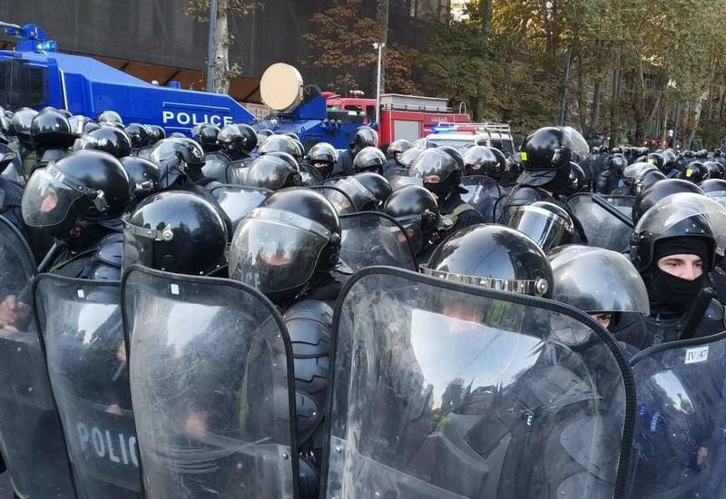 В Тбилиси полиция разгоняет протестующих водометами
