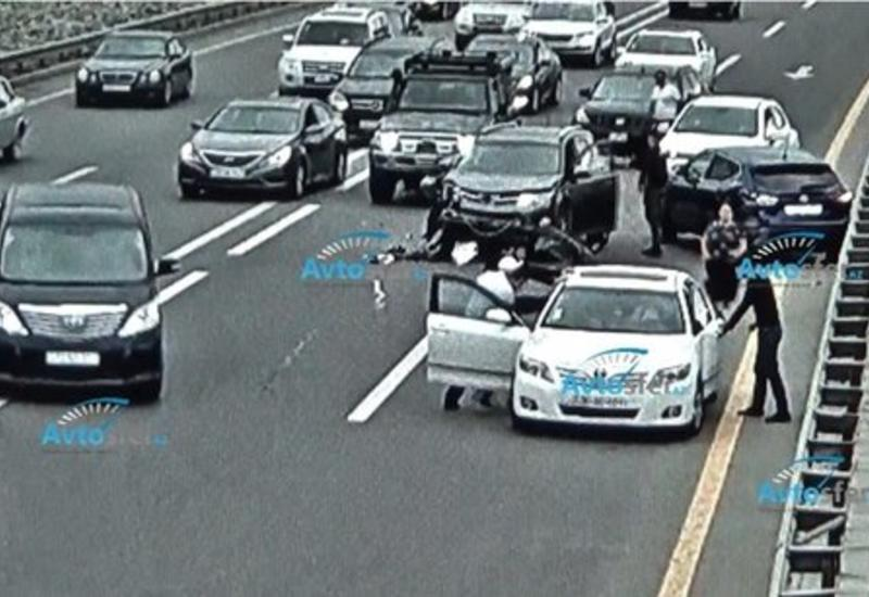 В Баку столкнулись пять автомобилей, водители подрались